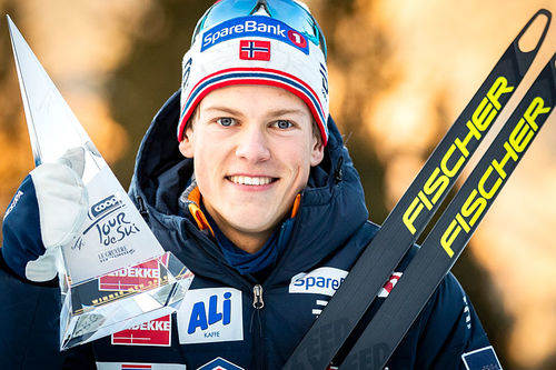 Johannes Høsflot Klæbo med troféet fra Tour de Ski 2018/2019. Foto: Modica/NordicFocus.