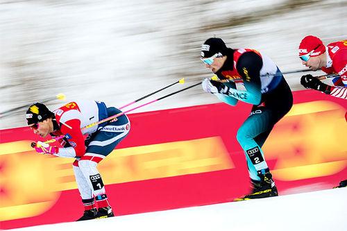 Johannes Høsflot Klæbo fremst i bildet. Like bak følger Lucas Chanavat. Foto: Modica/NordicFocus.