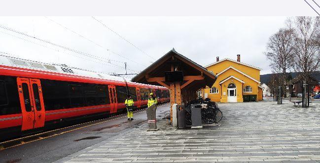 bilde av Sørumsand jernbanestasjon med tog og stasjonsbygg