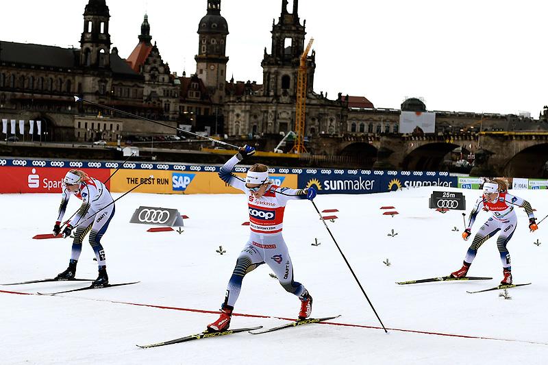 Stina Nilsson spurter inn til seier på verdenscupsprinten i Dresden 2019. Maja Dahlqvist tar andreplassen, mens Jonna Sundling blir nummer tre. Foto: Thibaut/NordicFocus.