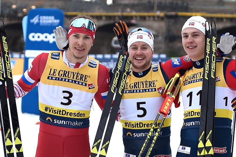 Seierspallen på herrenes verdenscupsprint i Dresden 2019. Fra venstre: Gleb Retivykh (2.-plass), Sindre Bjørnestad Skar (1) og Erik Valnes (3). Foto: Thibaut/NordicFocus.