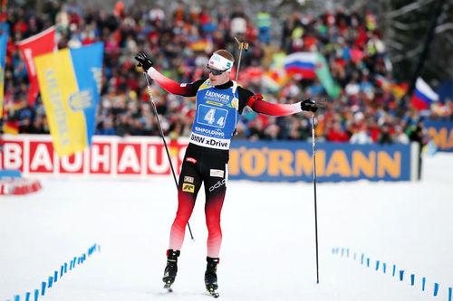 Johannes Thingnes Bø fører Norge inn til stafettseier i Ruhpolding 2019. Foto: Manzoni/NordicFocus.