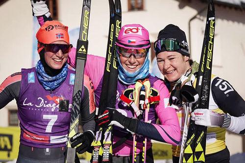 Damepallen i La Diagonela 2019 og sesongens 4. renn i Ski Classics. Fra venstre: Kari Vikhagen Gjeitnes (2. plass), Katerina Smutna (1) og Britta Johansson Norgren (3). Foto: Magnus Östh.