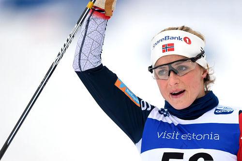 Therese Johaug går i mål til suveren seier på 10 km i verdenscupen i Otepää 2019. Foto: Thibaut/NordicFocus.