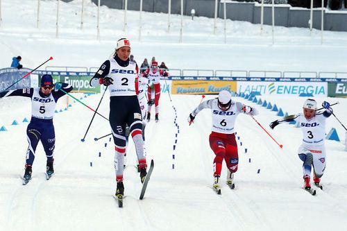 Kristine Stavås Skistad vinner her sprintgullet i junior-VM i Lahti 2019 med klar margin, men som vi ser, kampen om plassene 2 til 4 var svært så tett. Foto: Erik Borg.