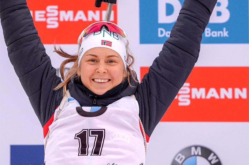 Ingrid Landmark Tandrevold jubler over sin første tur opp på seierspallen i verdenscupen, den kom i Ruhpolding 2019. Foto: Tumashov/NordicFocus.