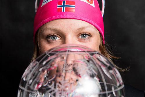 Maiken Caspersen Falla med verdenscupkula i sprint. Foto: Modica/NordicFocus.