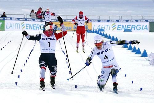 Tiril Udnes Weng kaprer sølvmedaljen under U23-VM 2019 i Lahti. Moa Lundgrens tåspiss snek seg så vidt foran. Foto: Erik Borg.