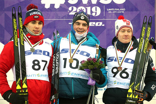 Seierspallen på 10 km fri for herrer under Junior-VM i Lahti 2019. Fra venstre: Alexander Terentev (2.-plass), Jules Chappaz (1) og Iver Tildheim Andersen (3). Foto: Erik Borg.