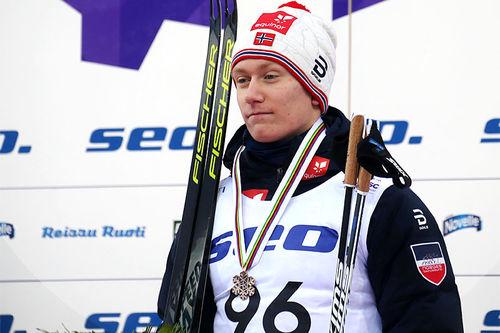 Iver Tildheim Andersen med sin bronse på 10 km fri teknikk udner Junior-VM i Lahti 2019. Foto: Erik Borg.