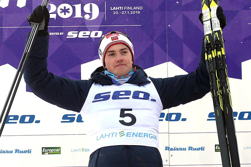 Håvard Moseby jubler for sølv på 30 km fellesstart i klassisk stil under Junior-VM i Lahti 2019. Foto: Erik Borg.