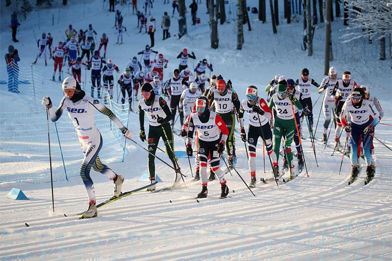 Frida Karlsson leder den 15 km lange fellesstarten under Junior-VM Lahti 2019, hun endte også opp med gullmedaljen tilslutt. Nå inngår hun i Sveriges tropp til Cogne. Foto: Erik Borg.
