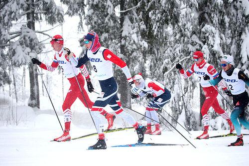 Thomas Bucher-Johannessen, i norske farger nærmest kamera, i den 30 km lange fellesstarten under U23-VM i Lahti 2019. Foto: Erik Borg.