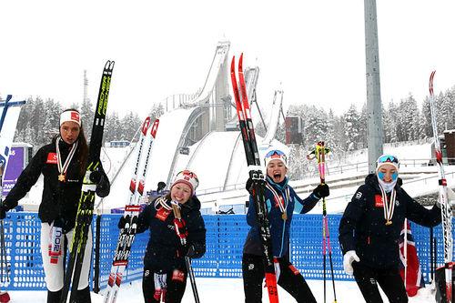 Norges damelag har fått sine gullmedaljer og er hoppende glade i Junior-VM Lahti 2019. Foto: Erik Borg.