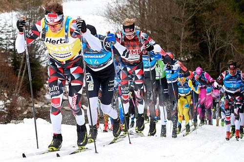 Lokfører Petter Eliassen leder an i Marcialonga-toget under 2019-utgaven av det 70 km lange turrennet. Eliassen kom også først til mål og var klart raskest opp den siste lange bakken. Rauschendorfer/NordicFocus.