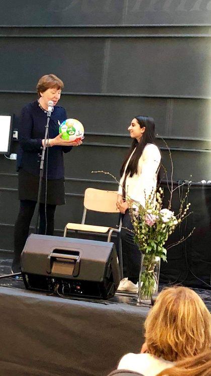Ordfører Marianne Borgen overrekker fotball