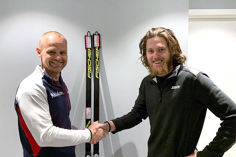 Aslak Berglund (tv) fra Milslukern forsegler en ny unik skiavtale med stortalentet Erland Kvisle. Foto: Milslukern Sport.