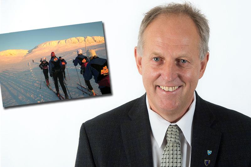 Olav Skinnes er leder av Fylkets trafikksikkerhetsutvalg i regi av Buskerud fylkeskommune. Innfelt bilde viser elever ved NTG Geilo på treningstur i fjellet. Foto: Geir Endre Rogn.