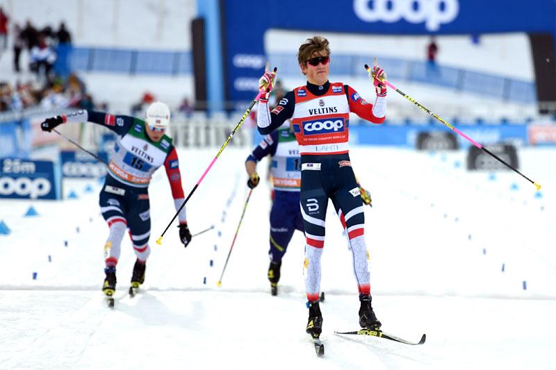 Johannes Høsflot Klæbo går Norge inn til seier på lagsprint i Lahti 2019. Bak sørger Eirik Brandsdal for dobbelt norsk. Foto: Modica/NordicFocus.