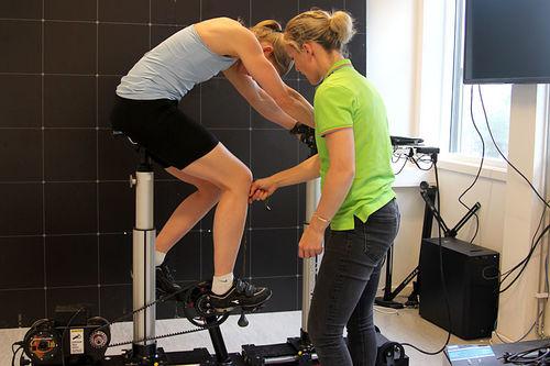 Heidi Sandstø driver her med sykkeltilpasning i forbindelse med treningsveiledning. Foto: Ingeborg Scheve.