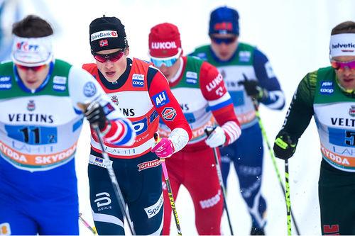 Johannes Høsflot Klæbo er en mann som virker å ha særdeles god kontroll på sitt spenningsnivå. Her er han nummer to fra venstre i forbindelse med verdenscupens lagsprint i Lahti 2019. Foto: Thibaut/NordicFocus.