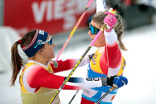Maiken Caspersen Falla (t.v.) og Mari Eide tok gull og bronse på VM-sprinten i Seefeld 2019. Foto: Modica/NordicFocus.