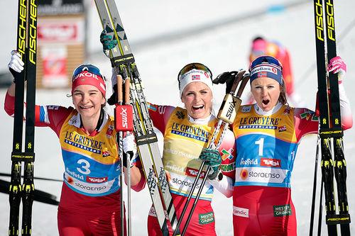 Seierspallen på damenes skiathlon under VM i Seefeld 2019. Fra venstre: Natalia Nepryaeva (3.-plass), Therese Johaug (1) og Ingvild Flugstad Østberg (2). Foto: Modica/NordicFocus.