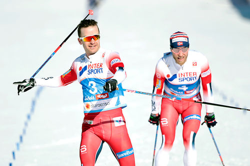 Sjur Røthe spurter inn til VM-gull på skiathlon i Seefeld 2019. Bak går Martin Johnsrud Sundby inn til bronse. Alexander Bolshunov (utenfor bildet) tok sølvet. Foto: Modica/NordicFocus.