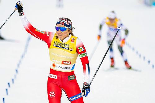 Maiken Caspersen Falla jubler for seier på sprinten under VM i Seefeld 2019. Foto: Modica/NordicFocus.