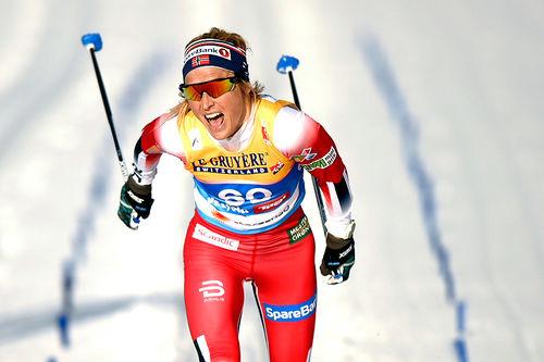 Therese Johaug går inn til gull på 10-kilometeren i klassisk stil under VM i Seefeld 2019. Foto: Modica/NordicFocus.