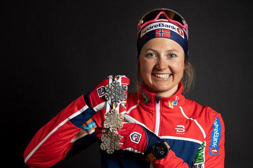Ingvild Flugstad Østberg med et knippe medaljer fra Seefeld-VM 2019. Foto: GEPA-pictures/WSC Seefeld 2019.