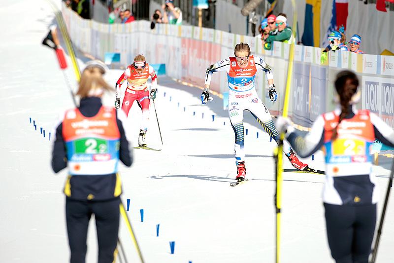 Sveriges ankerkvinne Stina Nilsson spurtslår Therese Johaug i damestafetten under VM i Seefeld 2019. Foto: Modica/NordicFocus.