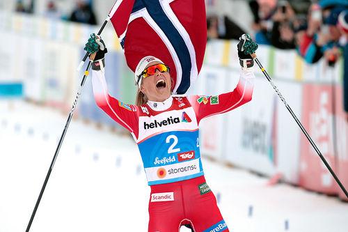 Therese Johaug jubler for gull på 30 km fellesstart i fri teknikk under VM i Seefeld 2019. Foto: Modica/NordicFocus.