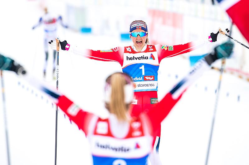 Ingvild Flugstad Østberg inn til sølv på damenes 30 km under VM i Seefeld 2019. Hun tas imot av gullvinner Therese Johaug. Foto: Modica/NordicFocus.