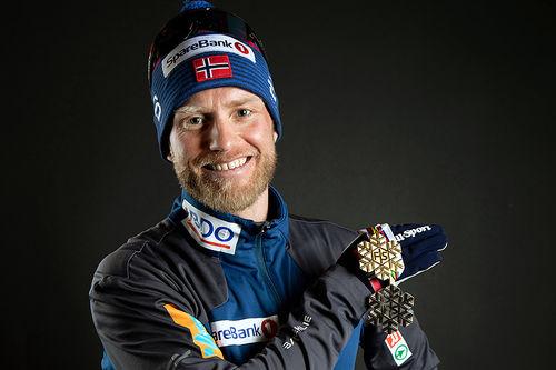 Martin Johnsrud Sundby med to av medaljene fra VM i Seefeld 2019. Foto: GEPA-pictures/WSC Seefeld 2019.