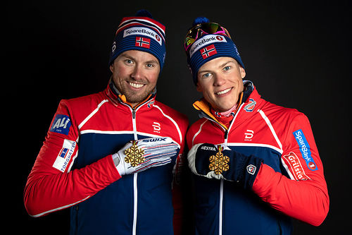 Emil Iversen og Johannes Høsflot Klæbo med gullmedaljene fra lagsprint under VM i Seefeld 2019. Foto: GEPA-pictures/WSC Seefeld 2019.