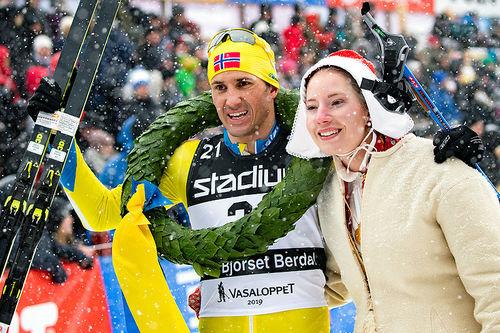 Tore Bjørseth Berdal jubler sammen med kranskullan for seieren i Vasaloppet 2019. Foto: Manzoni/NordicFocus.