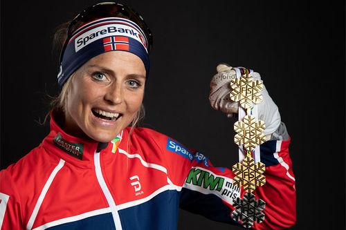 Therese Johaug med medaljer fra Seefeld-VM 2019. Foto: GEPA-pictures/WSC Seefeld 2019.