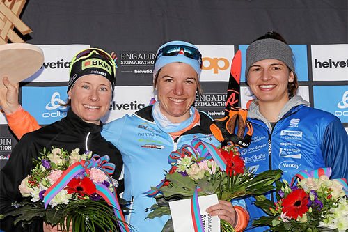 Engadin Frauenlauf sin seierspall i 2019-utgaven. Fra venstre: Seraina Boner (2. plass), Rahel Imoberdorf (1) og Rebecca Vontobel (3). Foto: Swiss-Image.ch.