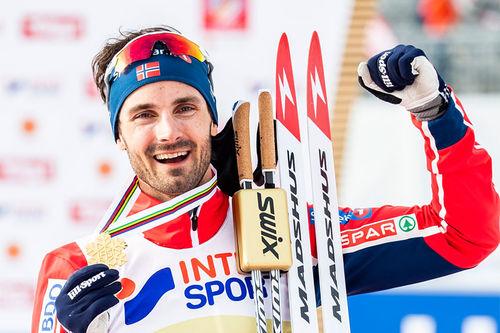 Hans Christer Holund med sitt VM-gull fra 5-mila i Seefeld 2019. Foto: Modica/NordicFocus.