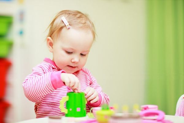 Barn leker med kopper