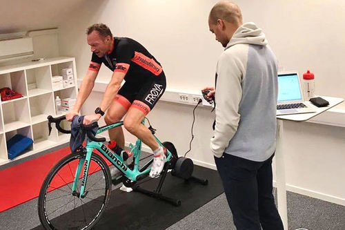 Frode Jermstad tester en av rytterne i Trønderekspressen på prestasjonssenteret ved Lerkendal Stadion og Blanktjern Coaching. Foto: Blanktjern Coaching.