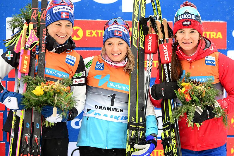 Damenes seierspall etter verdenscupsprinten i Drammen 2019. Fra venstre: Astrid Uhrenholdt Jacobsen (2.-plass), Maiken Caspersen Falla (1) og Natalia Nepryaeva (3). Foto: NordicFocus.