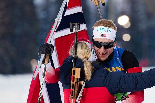 Marte Olsbu Røiseland får en seiersklem fra Johannes Thingnes Bø etter at de vant VM-stafetten i Single Mix under mesterskapet i Östersund 2019. Foto: Manzoni/NordicFocus.