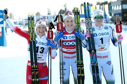 Seierspallen etter damenes sprint under verdenscupen i Falun 2019. Fra venstre: Maiken Caspersen Falla (2.-plass), Stina Nilsson (1) og Maja Dahlqvist (3). Foto: Modica/NordicFocus.