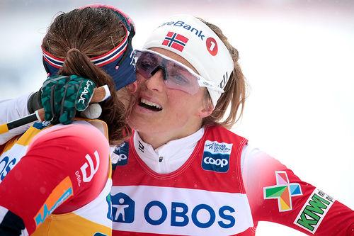 Therese Johaug gratuleres av Ingvild Flugstad Østberg (4.-plass) etter seieren på 10 km fri under verdenscupen i Falun 2019. Foto: Modica/NordicFocus.