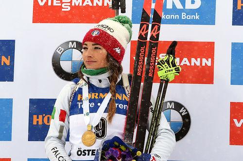 Dorothea Wierer med gullmedaljen etter fellesstart i Östersund-VM 2019. Foto: NordicFocus.