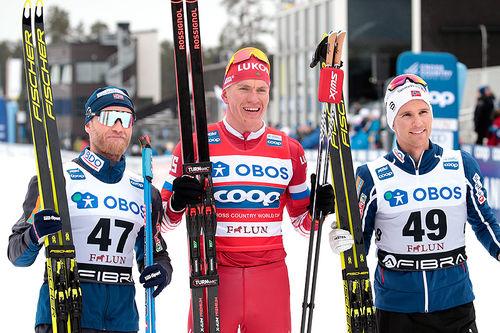 Seierspallen etter herrenes 15 km fri under verdenscupen i Falun 2019. Fra venstre: Martin Johnsrud Sundby (2.-plass), Alexander Bolshunov (1) og Didrik Tønseth (3). Foto: Modica/NordicFocus.