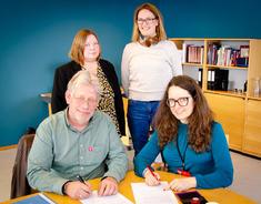 Rosita Eliassen (t.v) og Marianne Lingner i demensteamet sammen med Bjørn E. Lofstad  i Nasjonalforeningen for folkehelsen og ordfører Marianne Grimstad Hansen.