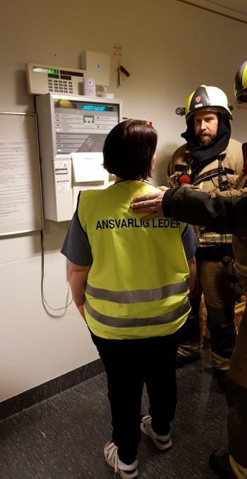 samspill brannvesen og ansatte under øvelse